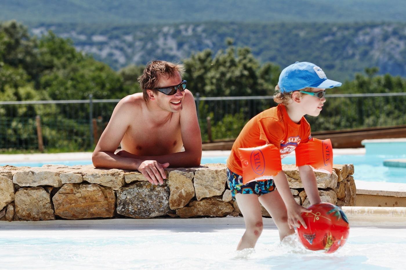 famille à la piscine du camping en Ardèche