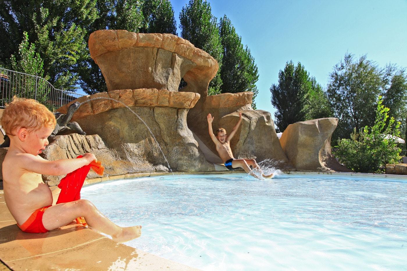 décorations autour de la piscine du camping Ardèche